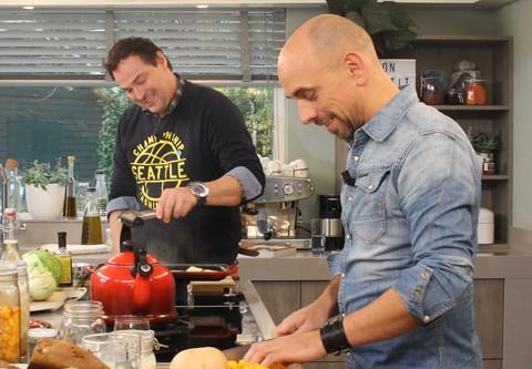 Christian en Caspar Bürgi in de keuken van Koffietijd aan het fermenteren