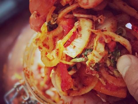 een broodje met kimchi