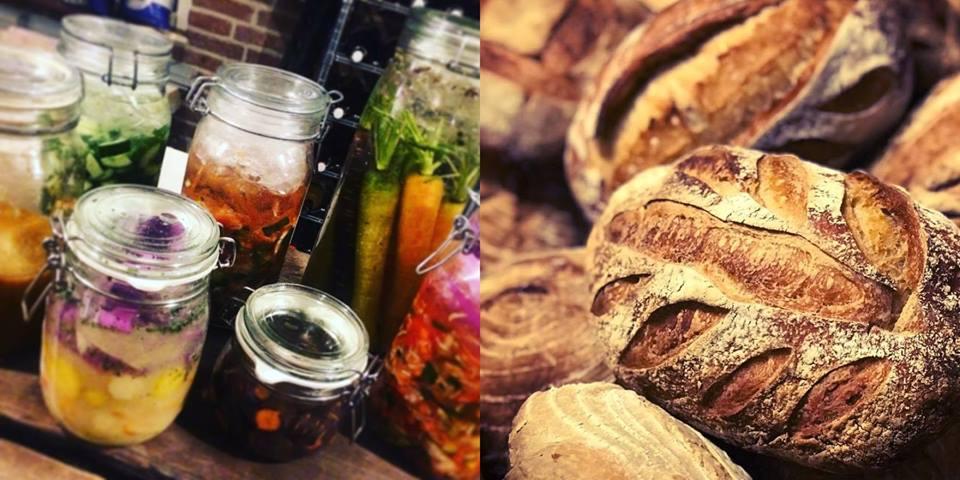 gebakken brood en potten met pickles